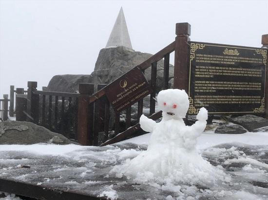 Mưa tuyết phủ trắng đỉnh Fansipan những ngày cuối năm, nhiệt độ xuống -3 độ C-4