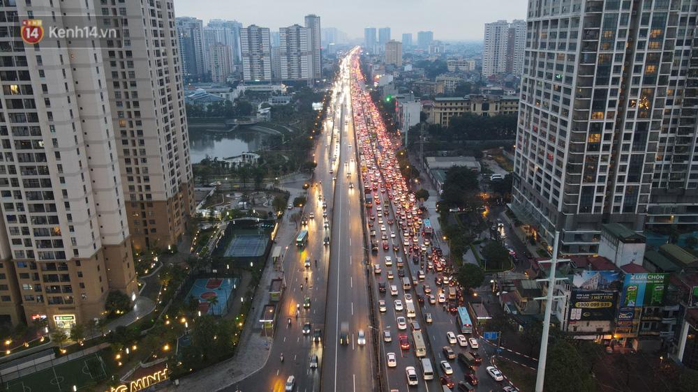 Ảnh: Người dân ùn ùn rời Hà Nội, đội mưa về quê ăn Tết, đường vành đai 3 tắc dài hàng km-1