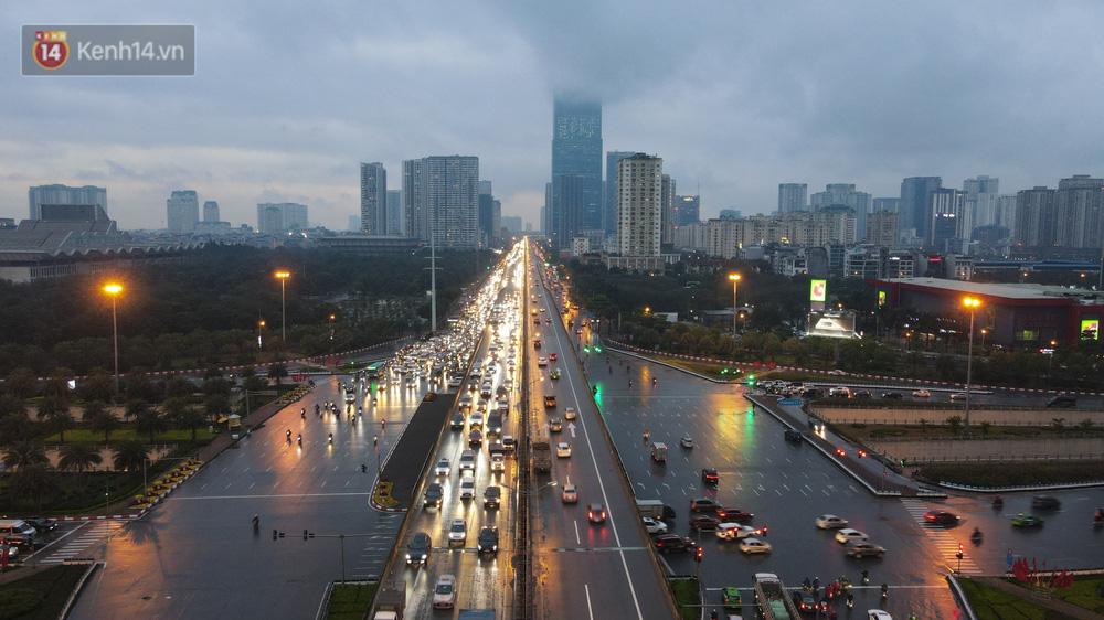 Ảnh: Người dân ùn ùn rời Hà Nội, đội mưa về quê ăn Tết, đường vành đai 3 tắc dài hàng km-2