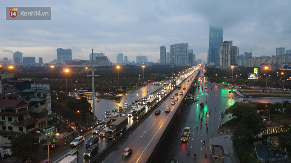 Ảnh: Người dân ùn ùn rời Hà Nội, đội mưa về quê ăn Tết, đường vành đai 3 tắc dài hàng km-3