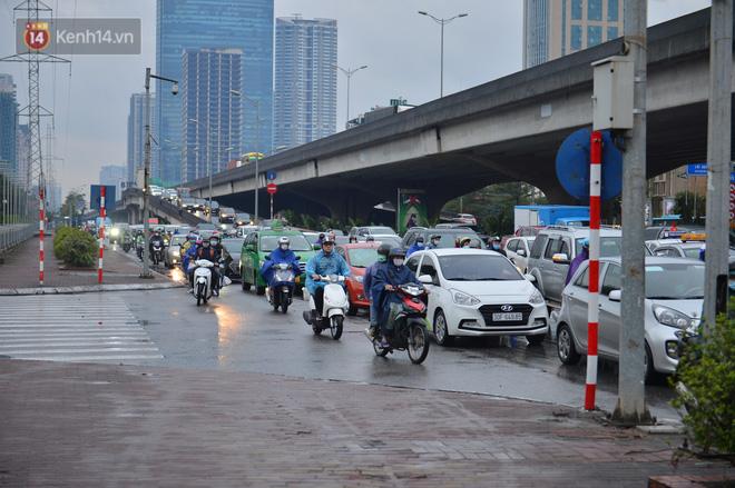 Ảnh: Người dân ùn ùn rời Hà Nội, đội mưa về quê ăn Tết, đường vành đai 3 tắc dài hàng km-5