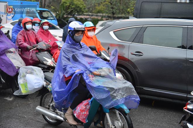 Ảnh: Người dân ùn ùn rời Hà Nội, đội mưa về quê ăn Tết, đường vành đai 3 tắc dài hàng km-6