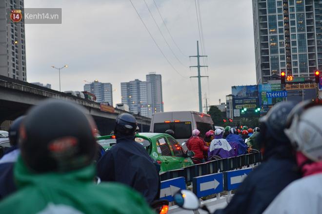 Ảnh: Người dân ùn ùn rời Hà Nội, đội mưa về quê ăn Tết, đường vành đai 3 tắc dài hàng km-8