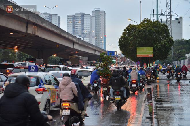 Ảnh: Người dân ùn ùn rời Hà Nội, đội mưa về quê ăn Tết, đường vành đai 3 tắc dài hàng km-9