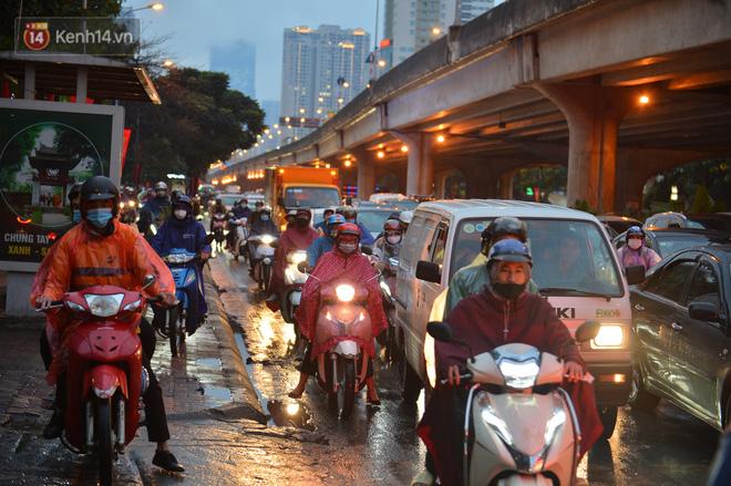 Ảnh: Người dân ùn ùn rời Hà Nội, đội mưa về quê ăn Tết, đường vành đai 3 tắc dài hàng km-12