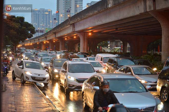 Ảnh: Người dân ùn ùn rời Hà Nội, đội mưa về quê ăn Tết, đường vành đai 3 tắc dài hàng km-14