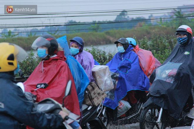 Ảnh: Người dân ùn ùn rời Hà Nội, đội mưa về quê ăn Tết, đường vành đai 3 tắc dài hàng km-15
