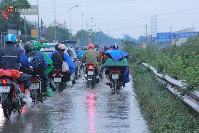 Ảnh: Người dân ùn ùn rời Hà Nội, đội mưa về quê ăn Tết, đường vành đai 3 tắc dài hàng km-17