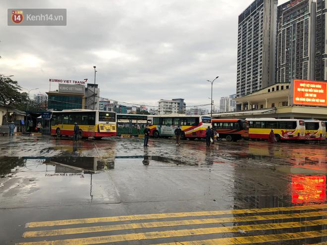 Ảnh: Người dân ùn ùn rời Hà Nội, đội mưa về quê ăn Tết, đường vành đai 3 tắc dài hàng km-19