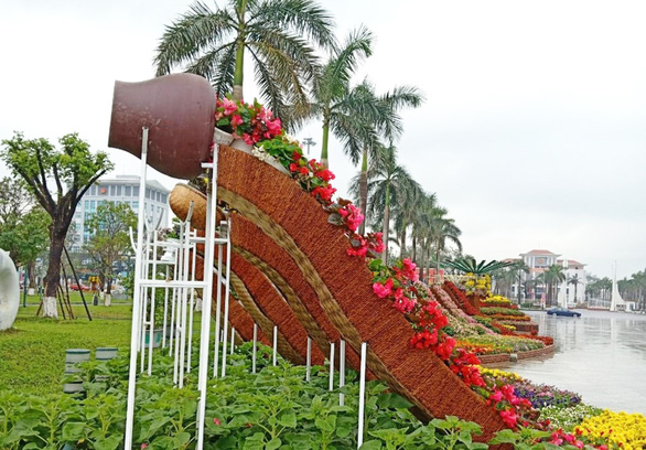 Tạo hình hoa Tết 2021 ở Quảng Nam bị chế giễu nhạy cảm đã được chỉnh sửa-5