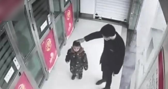 Cậu bé 5 tuổi một mình đi vào cây ATM, hành động sau đó khiến nhân viên ngân hàng kinh ngạc: Đứa trẻ này quá thông minh!-4