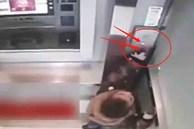 Cậu bé 5 tuổi một mình đi vào cây ATM, hành động sau đó khiến nhân viên ngân hàng kinh ngạc: Đứa trẻ này quá thông minh!
