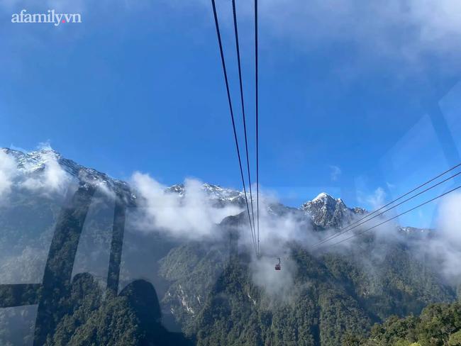 Du khách thích thú đổ xô lên đỉnh Fansipan đi bộ trên tuyết dưới ánh mặt trời ngày 29 Tết-1