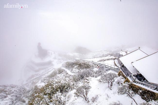 Du khách thích thú đổ xô lên đỉnh Fansipan đi bộ trên tuyết dưới ánh mặt trời ngày 29 Tết-10
