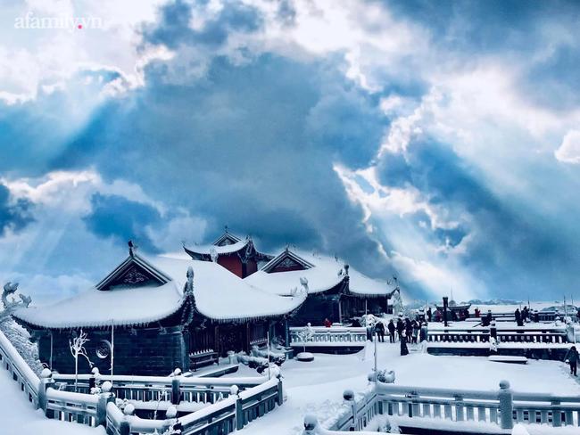 Du khách thích thú đổ xô lên đỉnh Fansipan đi bộ trên tuyết dưới ánh mặt trời ngày 29 Tết-3