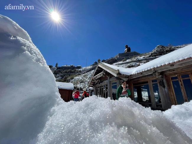 Du khách thích thú đổ xô lên đỉnh Fansipan đi bộ trên tuyết dưới ánh mặt trời ngày 29 Tết-4