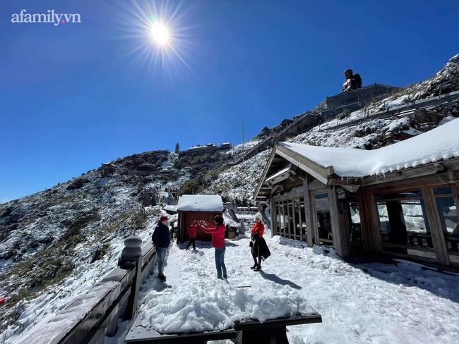 Du khách thích thú đổ xô lên đỉnh Fansipan đi bộ trên tuyết dưới ánh mặt trời ngày 29 Tết-6