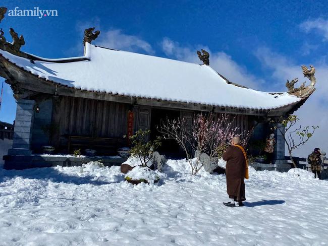 Du khách thích thú đổ xô lên đỉnh Fansipan đi bộ trên tuyết dưới ánh mặt trời ngày 29 Tết-7
