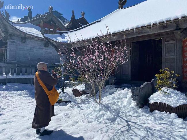 Du khách thích thú đổ xô lên đỉnh Fansipan đi bộ trên tuyết dưới ánh mặt trời ngày 29 Tết-8