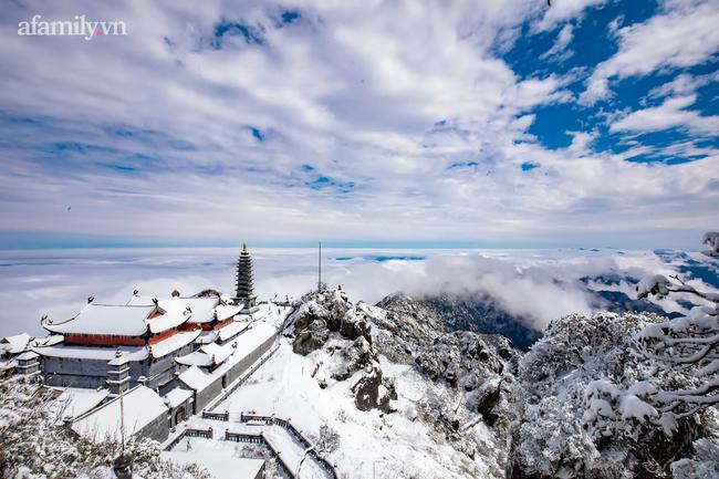 Du khách thích thú đổ xô lên đỉnh Fansipan đi bộ trên tuyết dưới ánh mặt trời ngày 29 Tết-9
