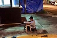 Ngồi học trên vỉa hè dưới ánh điện leo lét, cậu bé nghèo khổ không ngờ bức ảnh vô tình chụp lại đã khiến cuộc đời em rẽ sang hướng khác