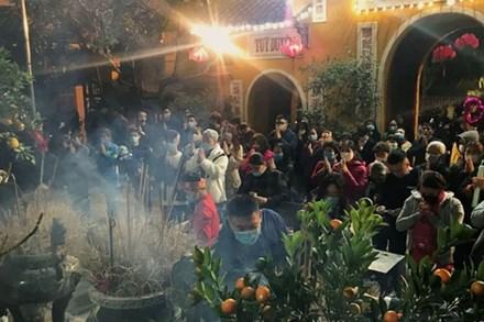 Người Hà Nội đổ về chùa Quán Sứ