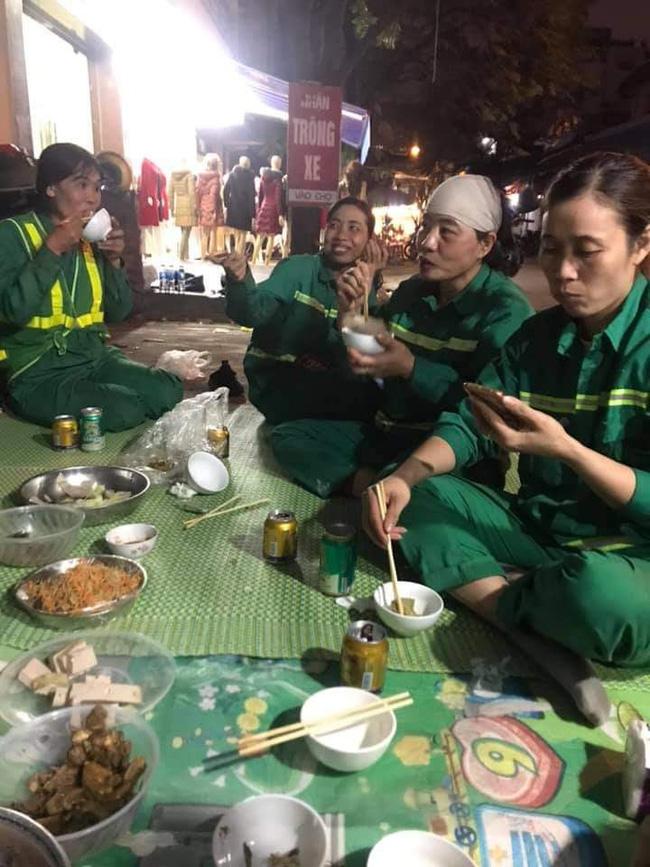 Hình ảnh bữa cơm tất niên đặc biệt bên lề đường của những nữ lao công gây xúc động, giản dị và vội vã nhưng nụ cười vẫn nở trên môi-2