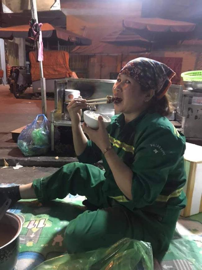 Hình ảnh bữa cơm tất niên đặc biệt bên lề đường của những nữ lao công gây xúc động, giản dị và vội vã nhưng nụ cười vẫn nở trên môi-4