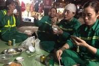 Hình ảnh bữa cơm tất niên đặc biệt bên lề đường của những nữ lao công gây xúc động, giản dị và vội vã nhưng nụ cười vẫn nở trên môi
