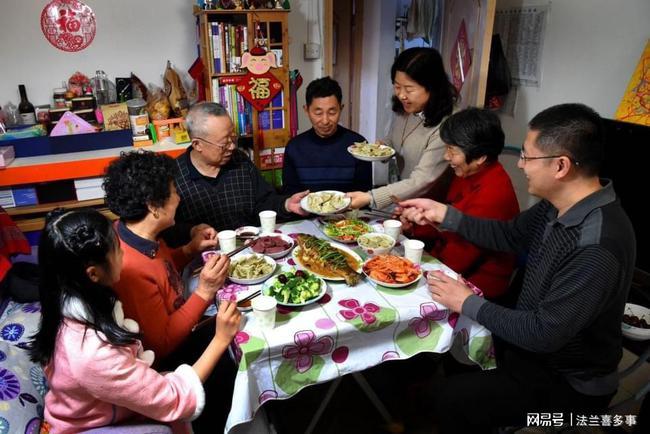 Bữa Tất niên phải nấu cho 10 người ăn, chồng nói một câu đùa giỡn, tôi lật bàn ăn ngay tại chỗ-3