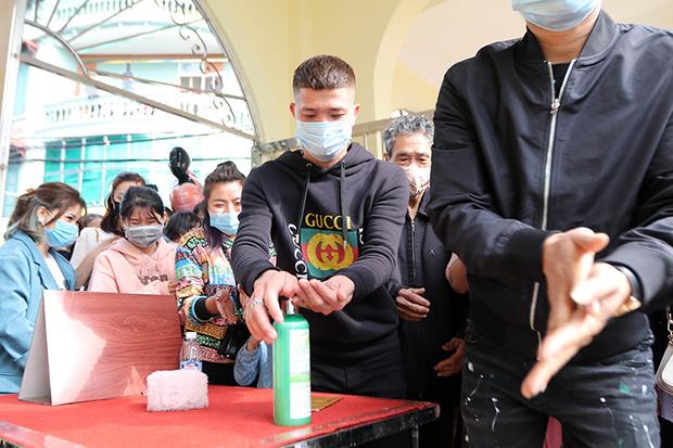 Người đến Phủ Tây Hồ cầu an đông kín, Ban quản lý di tích phải đóng cửa để chống dịch-1