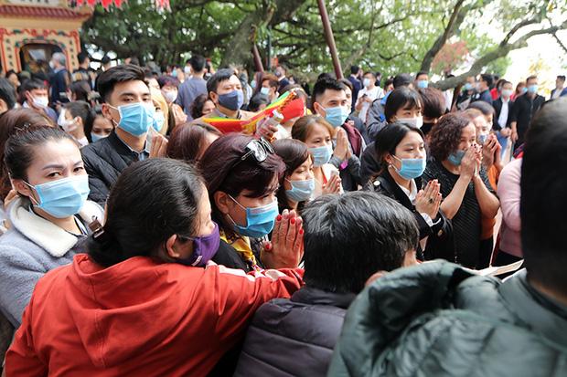 Người đến Phủ Tây Hồ cầu an đông kín, Ban quản lý di tích phải đóng cửa để chống dịch-3