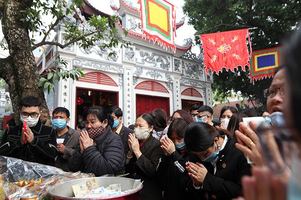 Người đến Phủ Tây Hồ cầu an đông kín, Ban quản lý di tích phải đóng cửa để chống dịch-4