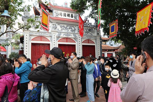 Người đến Phủ Tây Hồ cầu an đông kín, Ban quản lý di tích phải đóng cửa để chống dịch-5