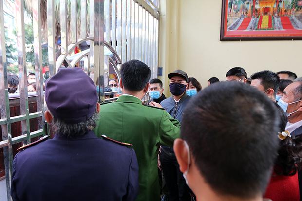 Người đến Phủ Tây Hồ cầu an đông kín, Ban quản lý di tích phải đóng cửa để chống dịch-6