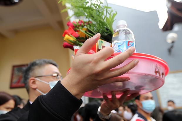 Người đến Phủ Tây Hồ cầu an đông kín, Ban quản lý di tích phải đóng cửa để chống dịch-8