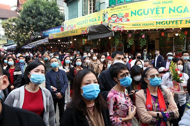 Người đến Phủ Tây Hồ cầu an đông kín, Ban quản lý di tích phải đóng cửa để chống dịch-10