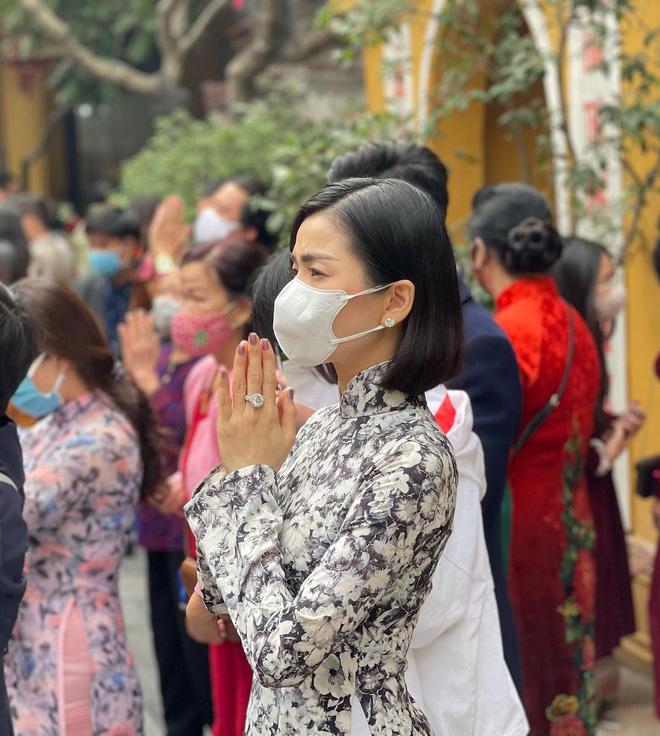 Sao Việt mặc gì đi lễ chùa đầu năm: Lệ Quyên, Angela Phương Trinh nền nã với áo dài, Sun Ht và Chi Pu lại gây tranh cãi-1