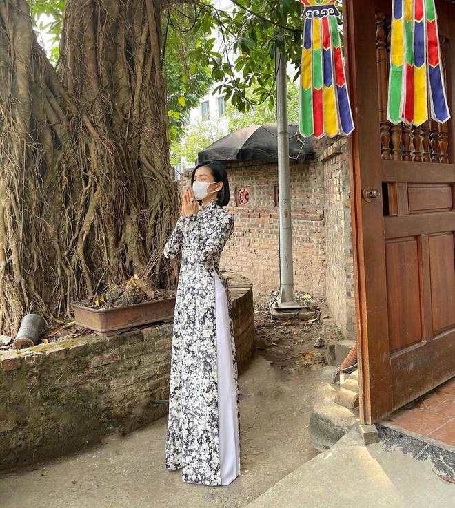 Sao Việt mặc gì đi lễ chùa đầu năm: Lệ Quyên, Angela Phương Trinh nền nã với áo dài, Sun Ht và Chi Pu lại gây tranh cãi-2