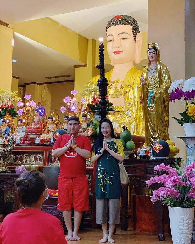 Sao Việt mặc gì đi lễ chùa đầu năm: Lệ Quyên, Angela Phương Trinh nền nã với áo dài, Sun Ht và Chi Pu lại gây tranh cãi-3