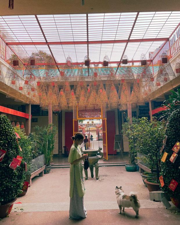 Sao Việt mặc gì đi lễ chùa đầu năm: Lệ Quyên, Angela Phương Trinh nền nã với áo dài, Sun Ht và Chi Pu lại gây tranh cãi-6