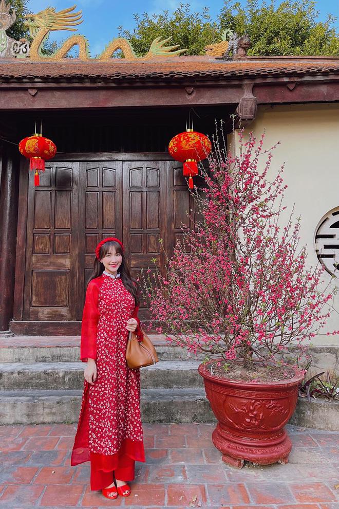 Sao Việt mặc gì đi lễ chùa đầu năm: Lệ Quyên, Angela Phương Trinh nền nã với áo dài, Sun Ht và Chi Pu lại gây tranh cãi-7