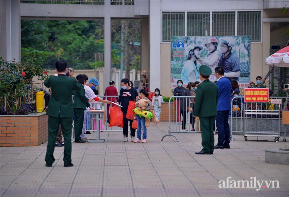 Niềm vui ngày mùng 3 Tết: Toàn bộ học sinh TH Xuân Phương còn lại hoàn thành cách ly, được nhận lì xì trước khi về nhà trong vòng tay cha mẹ-3