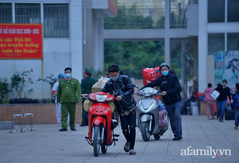 Niềm vui ngày mùng 3 Tết: Toàn bộ học sinh TH Xuân Phương còn lại hoàn thành cách ly, được nhận lì xì trước khi về nhà trong vòng tay cha mẹ-4