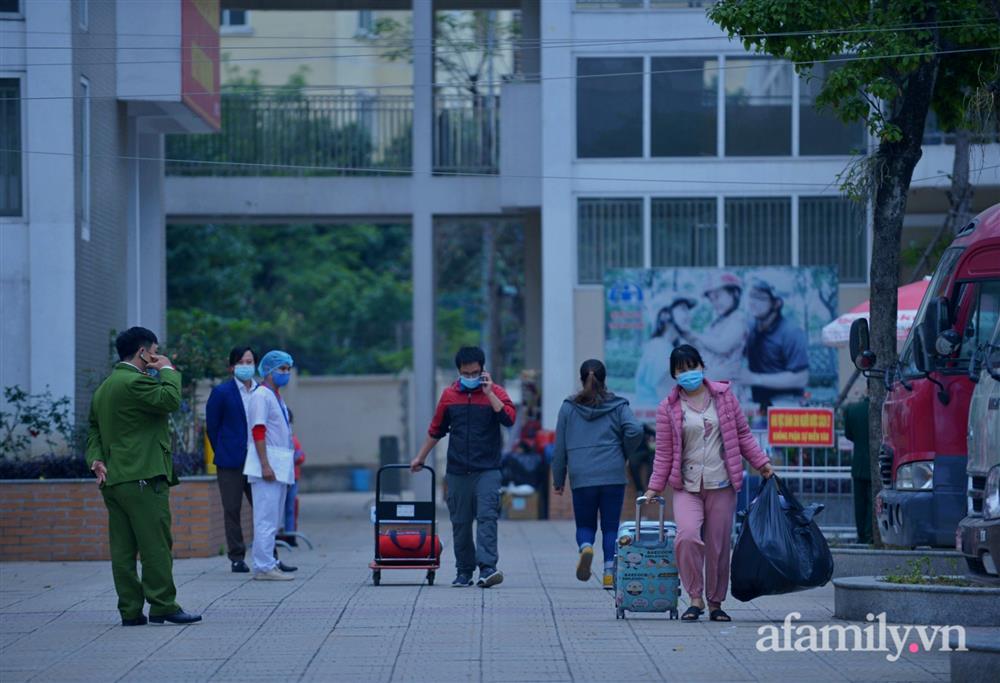Niềm vui ngày mùng 3 Tết: Toàn bộ học sinh TH Xuân Phương còn lại hoàn thành cách ly, được nhận lì xì trước khi về nhà trong vòng tay cha mẹ-5