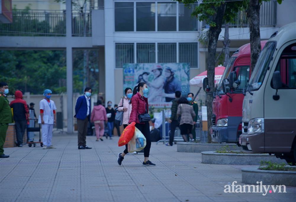 Niềm vui ngày mùng 3 Tết: Toàn bộ học sinh TH Xuân Phương còn lại hoàn thành cách ly, được nhận lì xì trước khi về nhà trong vòng tay cha mẹ-6