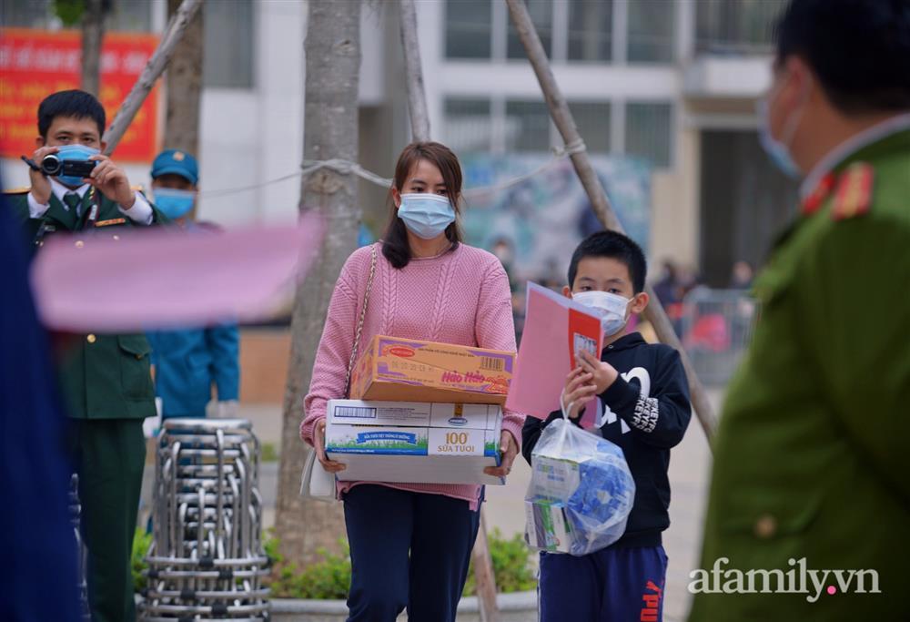 Niềm vui ngày mùng 3 Tết: Toàn bộ học sinh TH Xuân Phương còn lại hoàn thành cách ly, được nhận lì xì trước khi về nhà trong vòng tay cha mẹ-7