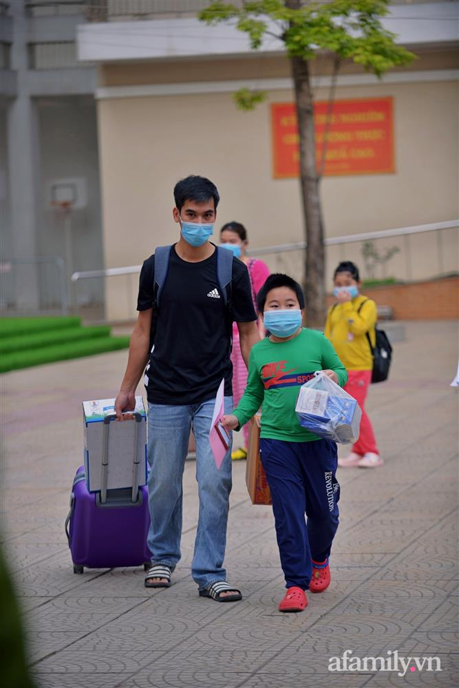 Niềm vui ngày mùng 3 Tết: Toàn bộ học sinh TH Xuân Phương còn lại hoàn thành cách ly, được nhận lì xì trước khi về nhà trong vòng tay cha mẹ-8