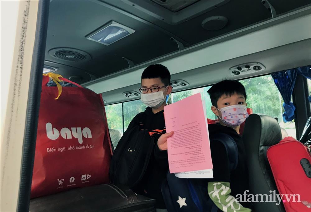 Niềm vui ngày mùng 3 Tết: Toàn bộ học sinh TH Xuân Phương còn lại hoàn thành cách ly, được nhận lì xì trước khi về nhà trong vòng tay cha mẹ-9