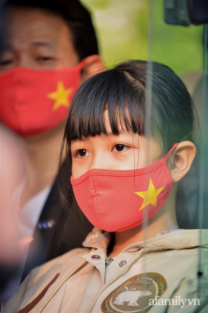 Niềm vui ngày mùng 3 Tết: Toàn bộ học sinh TH Xuân Phương còn lại hoàn thành cách ly, được nhận lì xì trước khi về nhà trong vòng tay cha mẹ-10